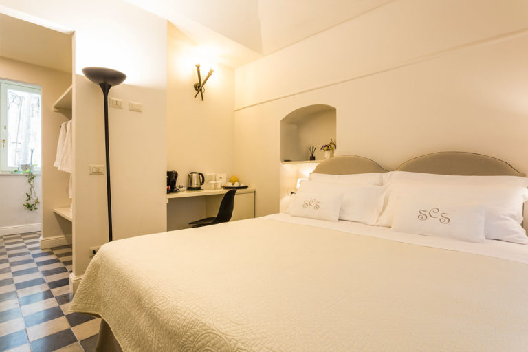 San Carlo Suites Noto - Deluxe Room Mascheroni - Letto KingSize